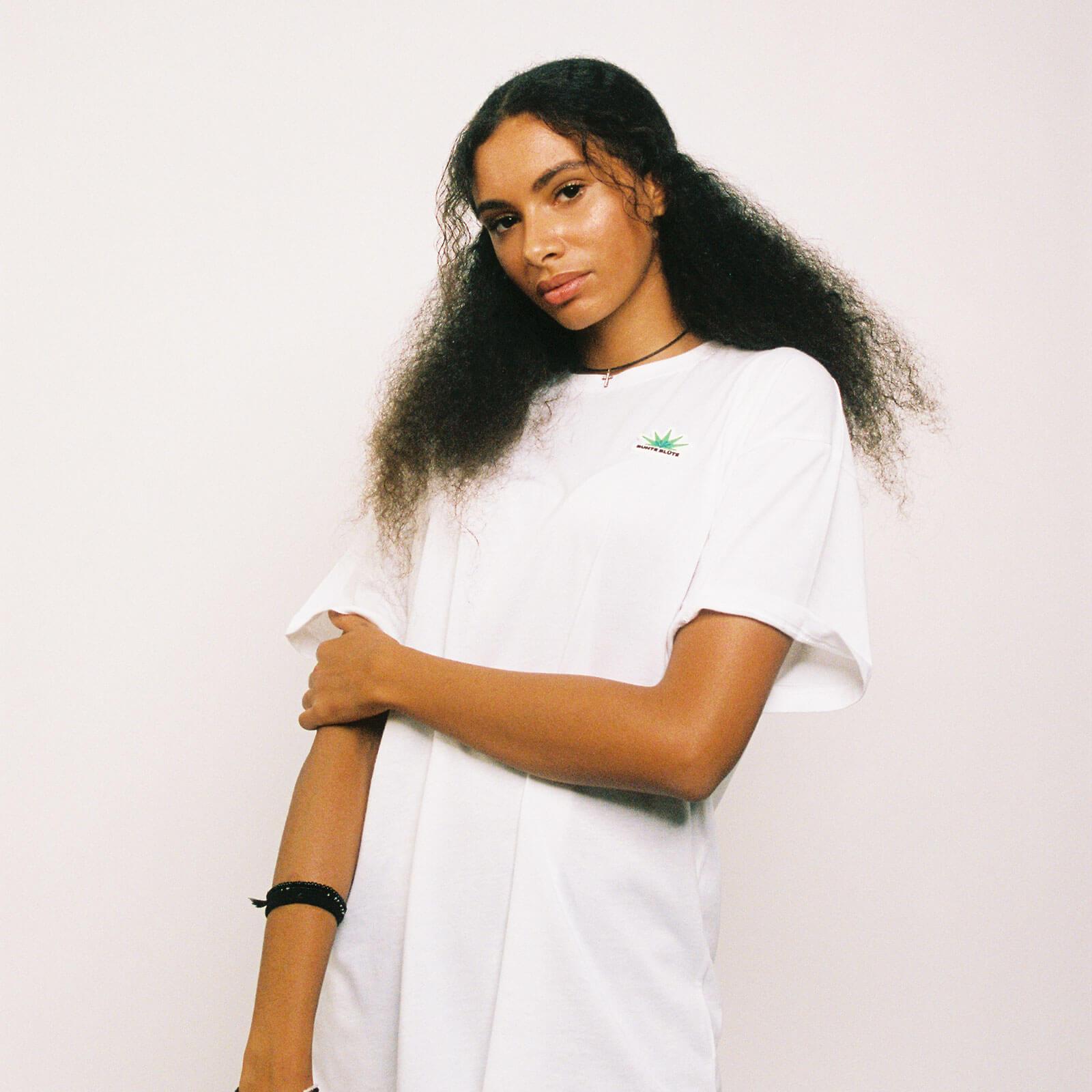 bunte-bluete-cbd-cannabis-merch-tshirt-logo-weiß-damen-vorne-kaufen