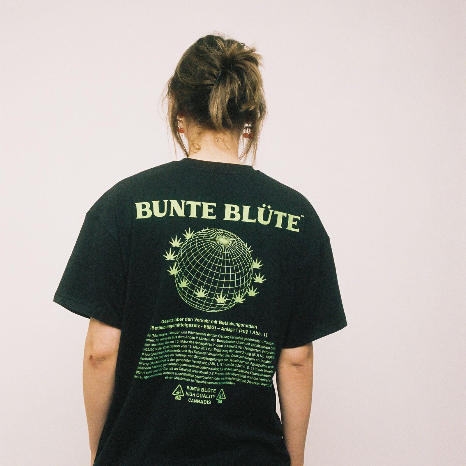 bunte-bluete-cbd-cannabis-merch-tshirt-nutzhanfparagraph-schwarz-hinten-damen-kaufen
